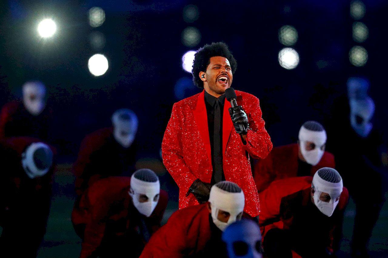 The Weeknd podczas występu Super Bowl 2021