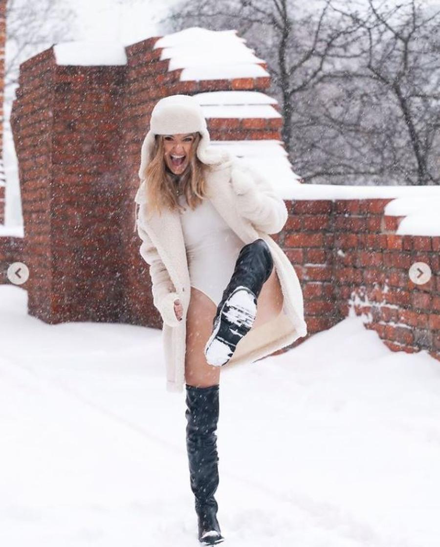 Joanna Koroniewska w body na śniegu.