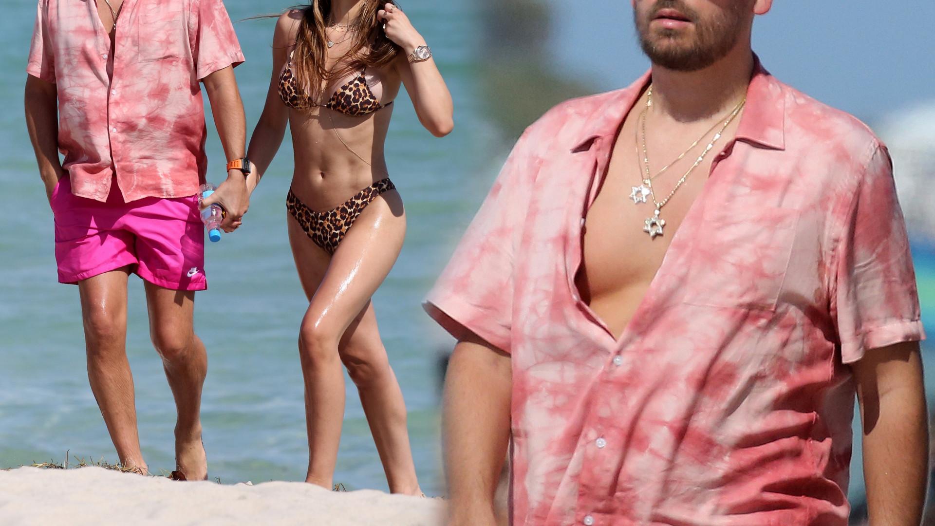 Scott Disick w BLOND włosach spaceruje po plaży z nową dziewczyną (FOTO)