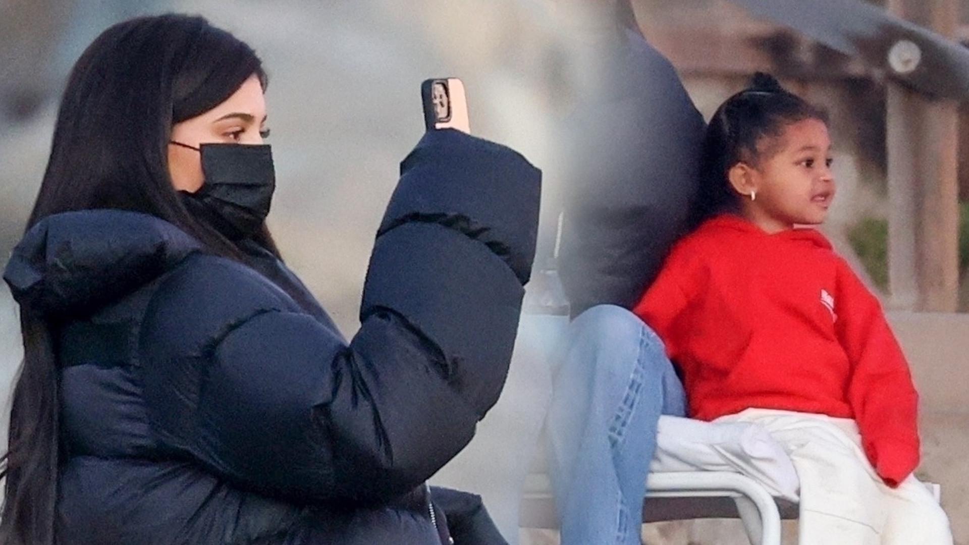 Kylie Jenner i Travis Scott spędzają czas z córką na plaży. Spodnie celebrytki ujawniły prawdę o jej PUPIE (ZDJĘCIA)