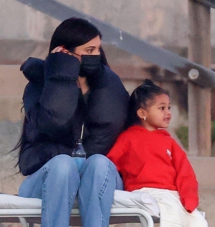 Kylie Jenner z córką Stormi na plaży