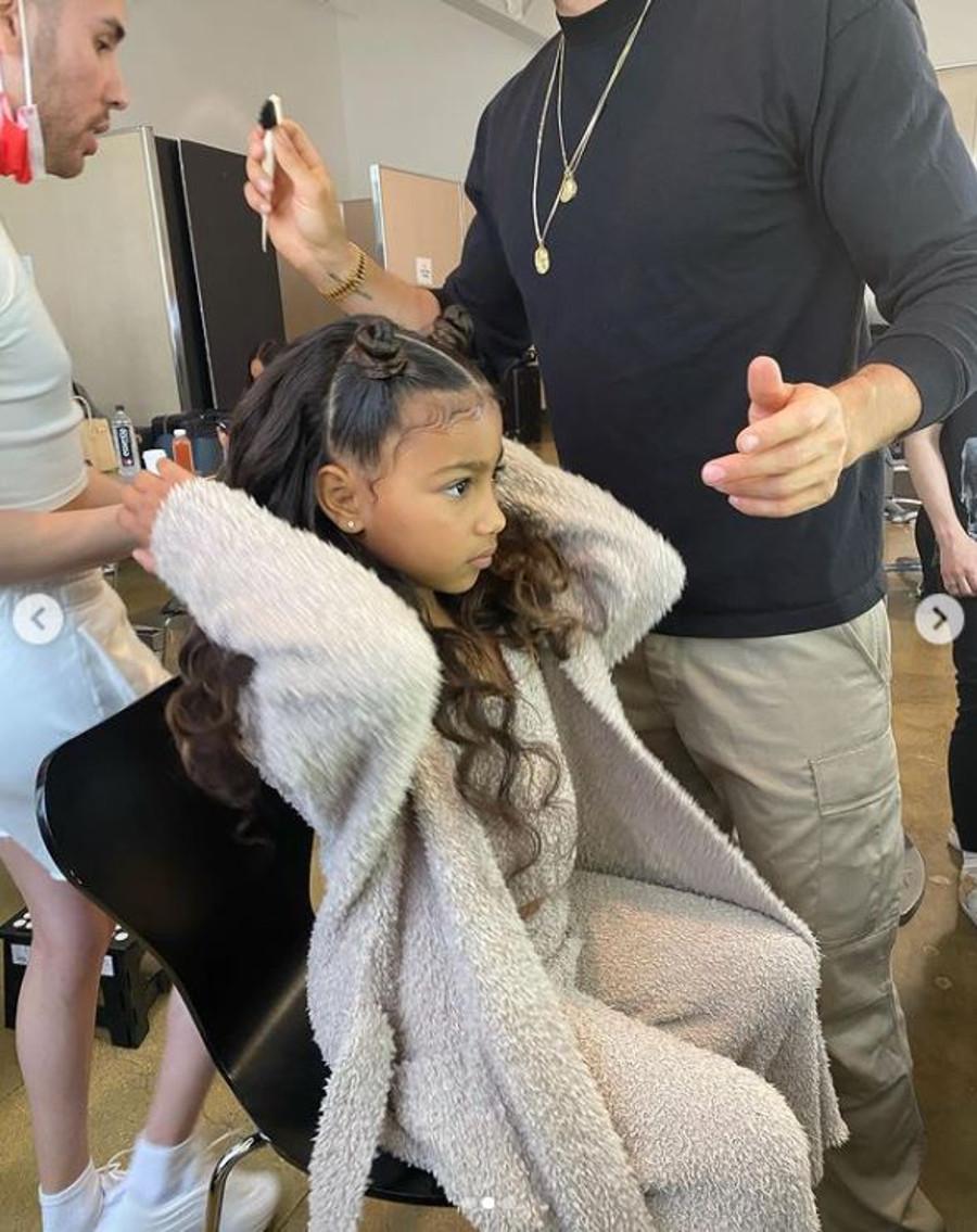 Kim Kardashian pozwala córce się malować.