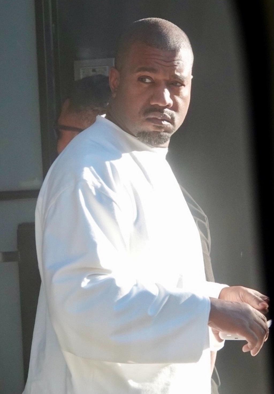 Kanye West przyłapany przez fotoreporterów - nie wyglądał na zachwyconego.