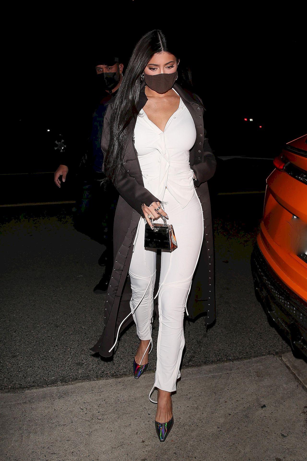 Kylie Jenner w białym komplecie
