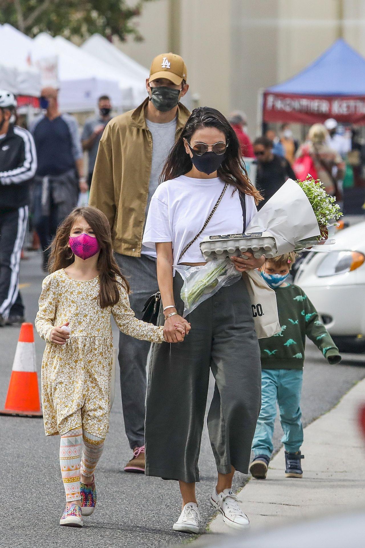 Mila Kunis z rodziną na zakupach