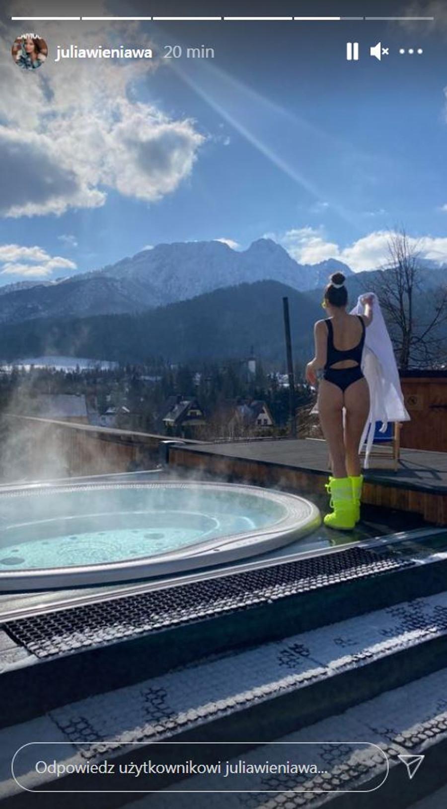 Julia Wieniawa z dumą pokazuje swoje wdzięki górach.
