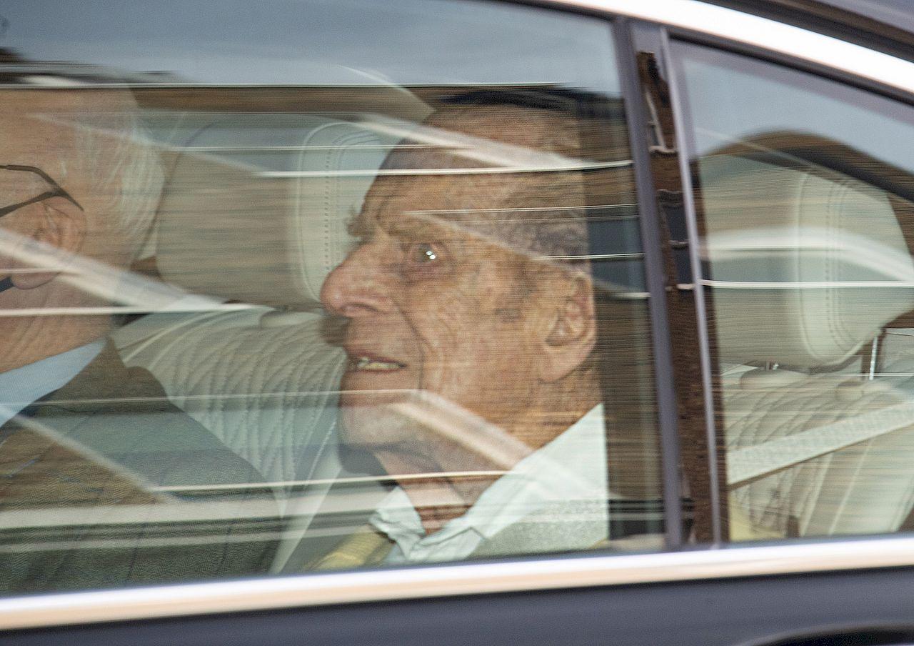 Książę Filip wychodzi ze szpitala