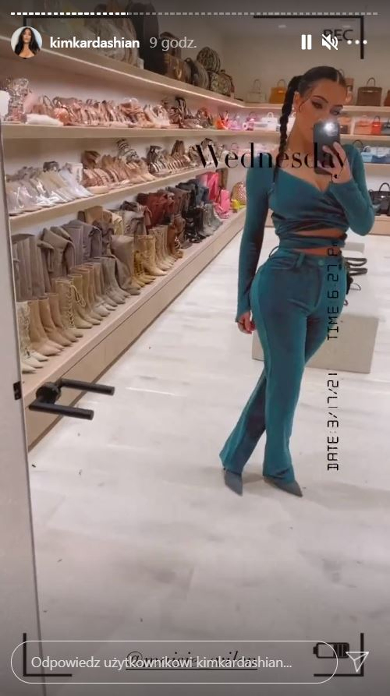 Kim Kardashian pozuje w garderobie.