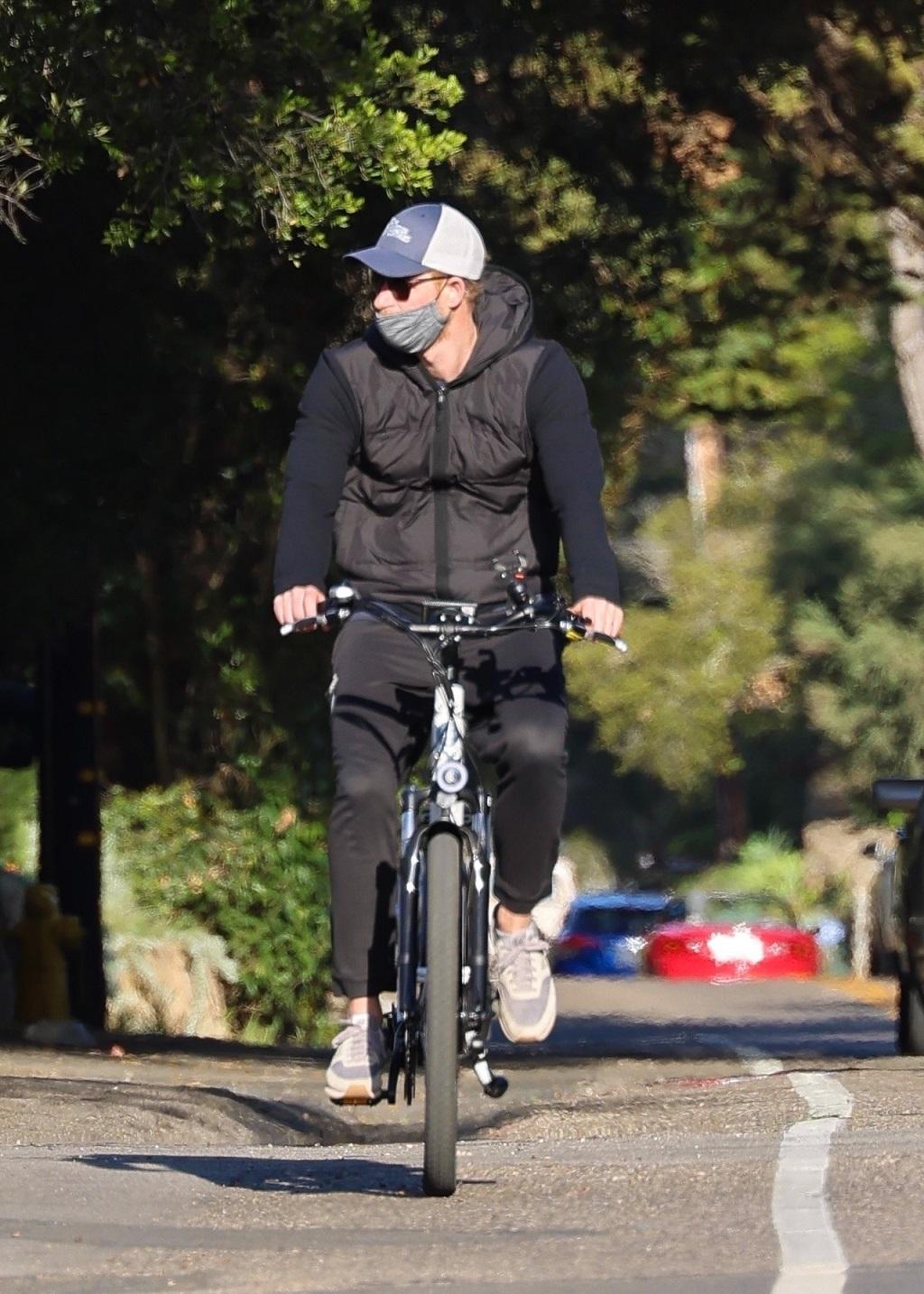 Książę Harry na rowerze elektrycznym.