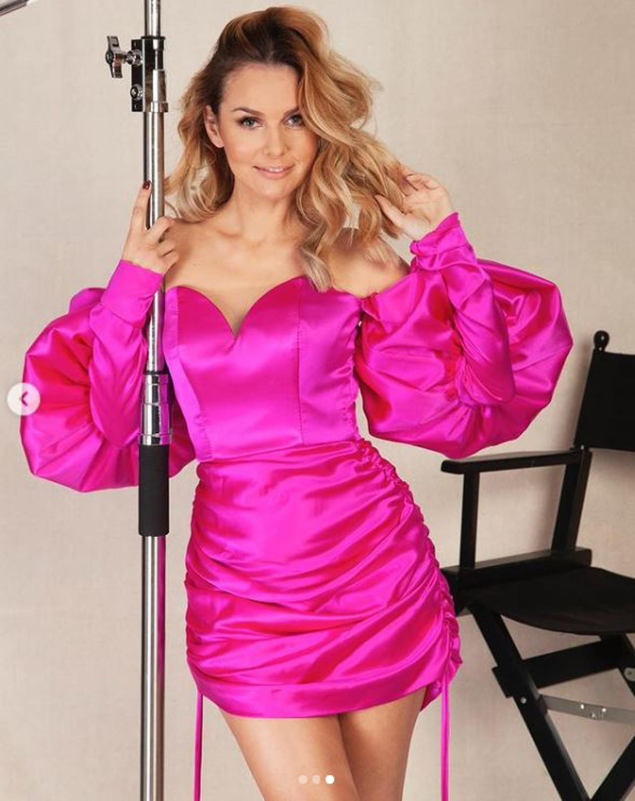 Paulina Sykut-Jeżyna w sukience o mocnym kolorze.