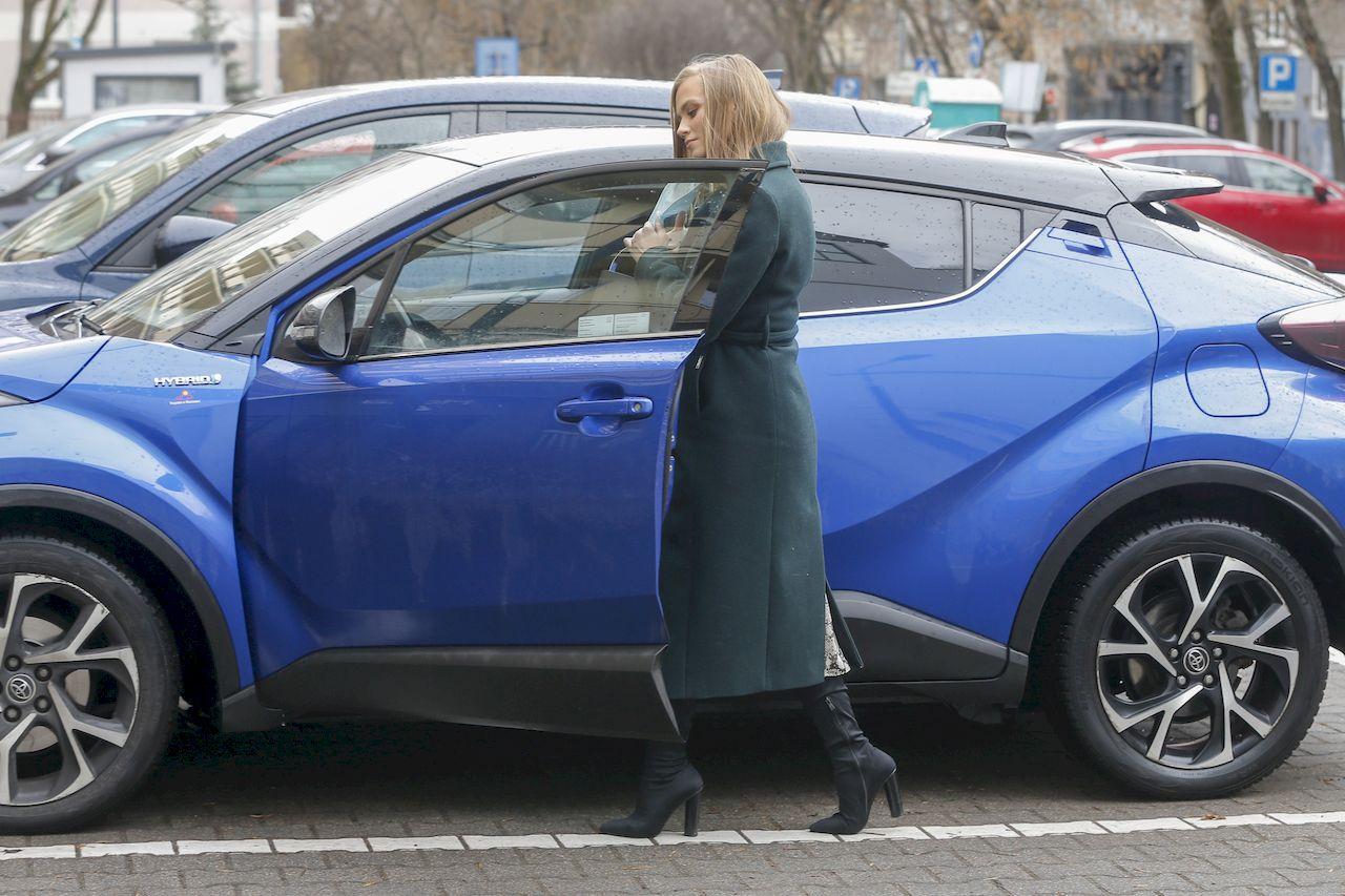 Agnieszka Kaczorowska wsiada do auta