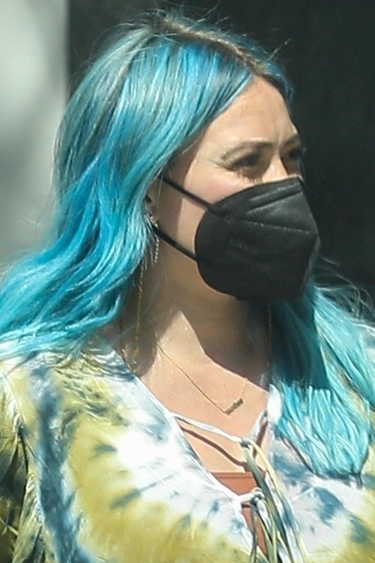Hilary Duff w niebieskich włosach.