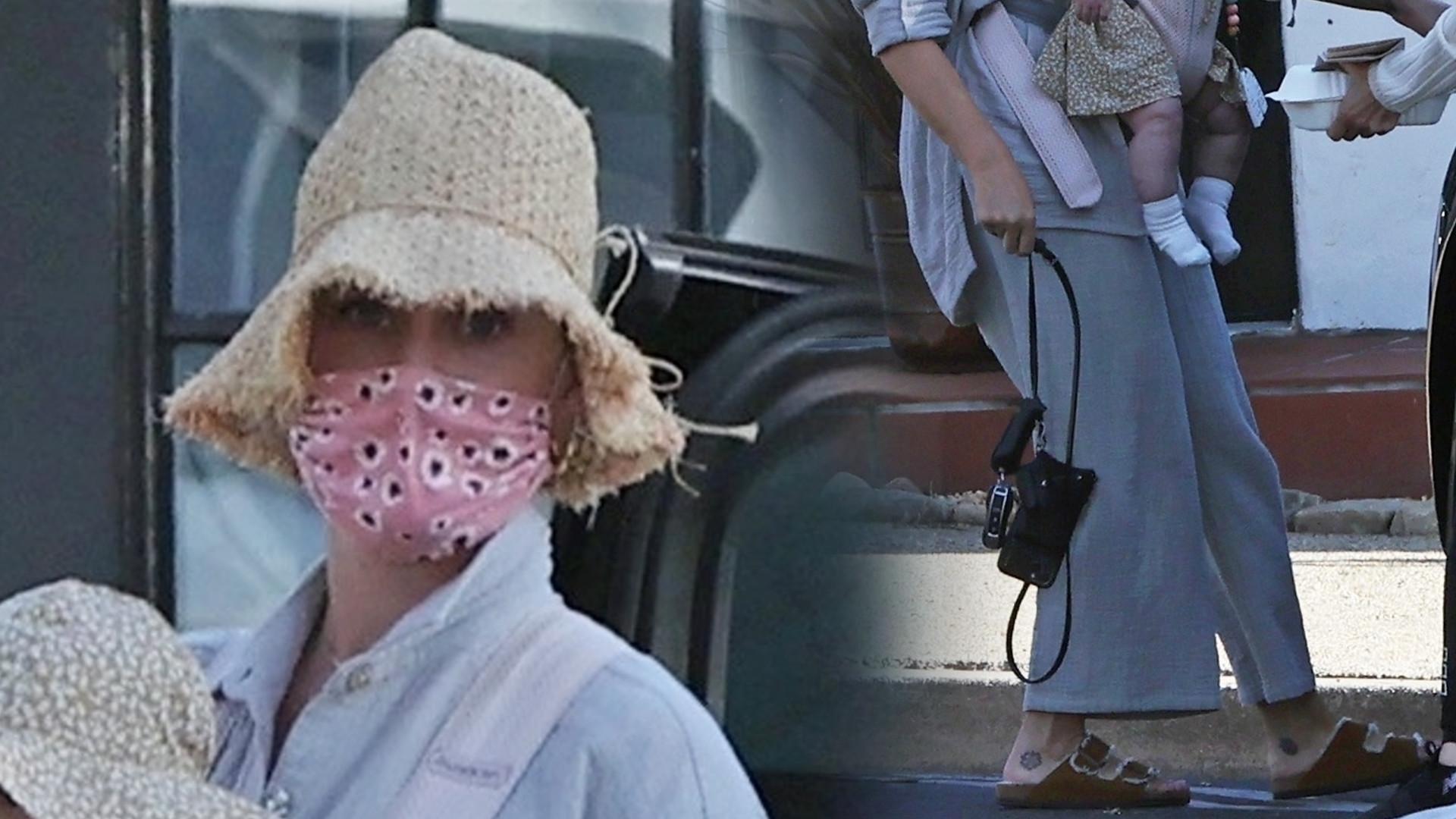 Katy Perry sfotografowana z prześliczną Daisy w nosidełku. Ma już 7 miesięcy (ZDJĘCIA)