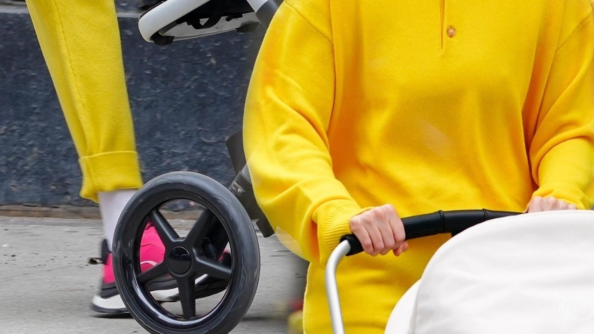 Gigi Hadid na spacerze z córką. Strojem wyróżniała się na ulicy (ZDJĘCIA)