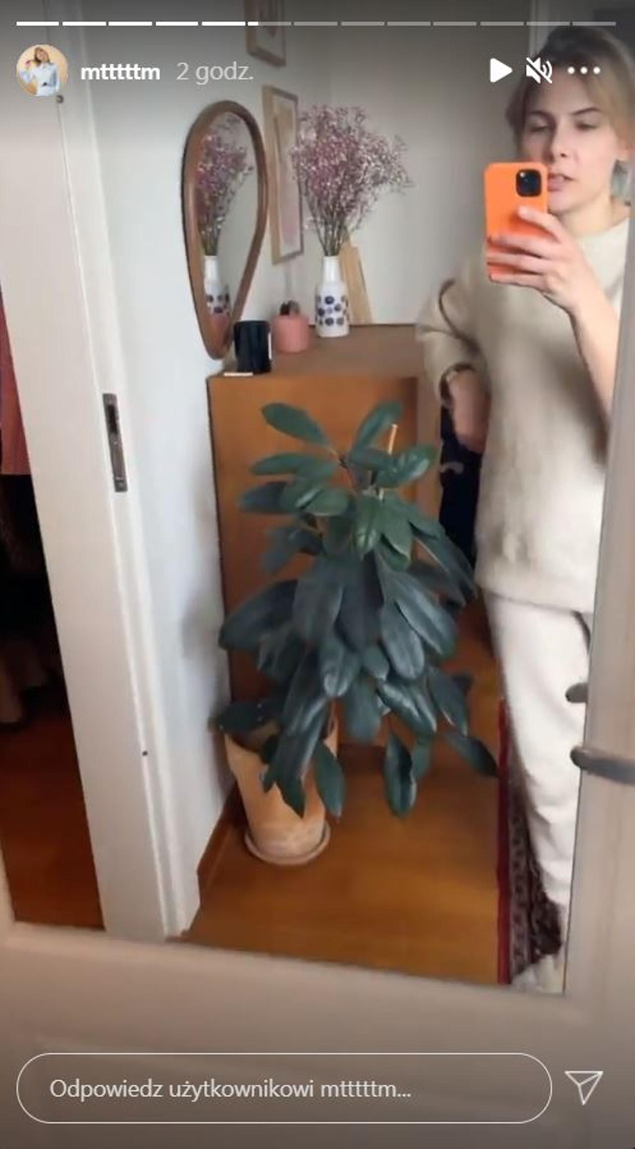 Marta Wierzbicka robi porządek w garderobie.