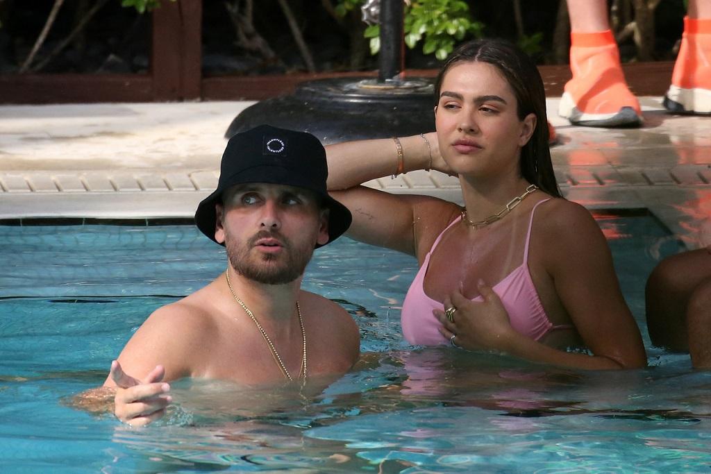 Scott Disick i Amelia Hamlin relaksują się w basenie.