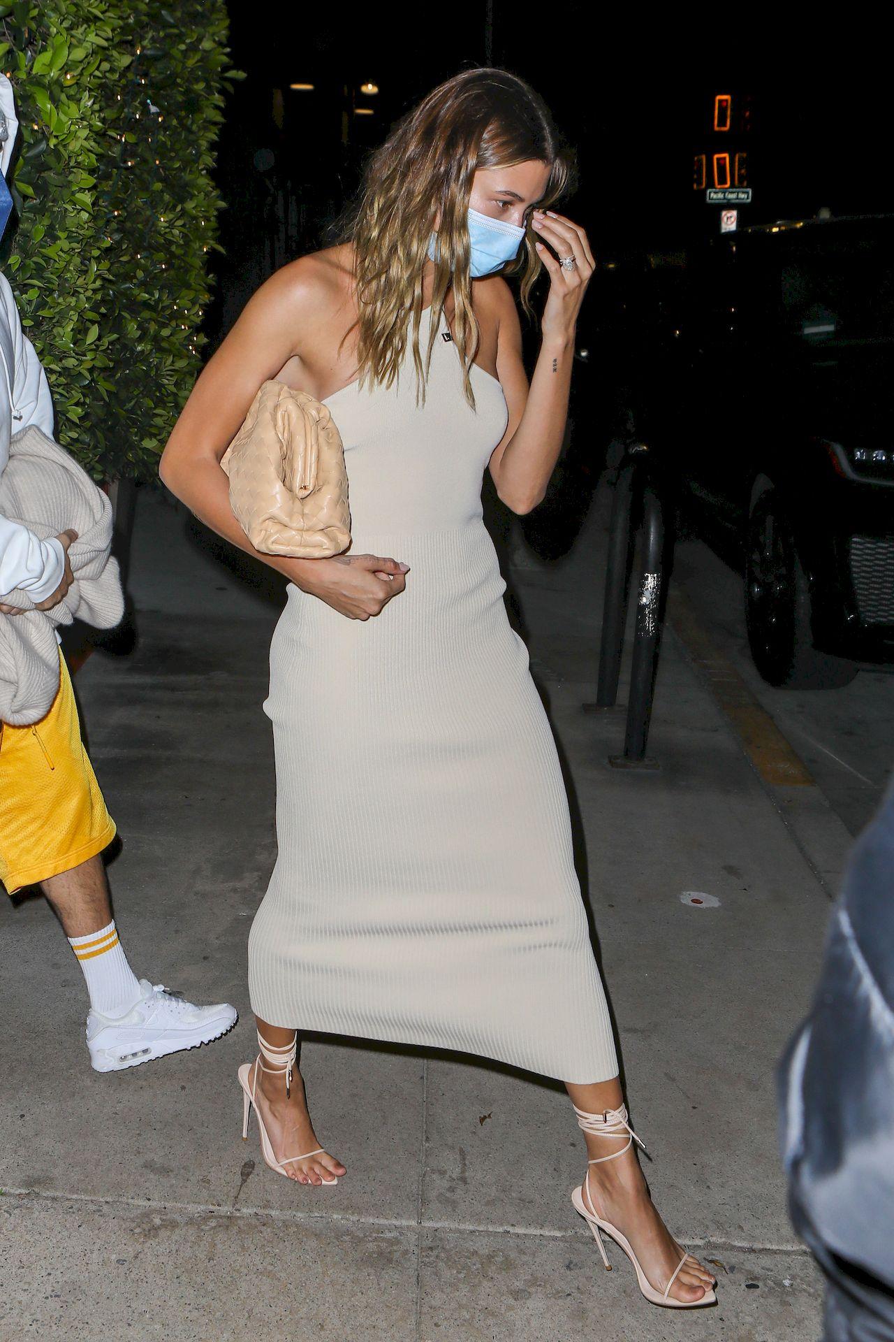 Hailey Bieber w dopasowanej sukience midi