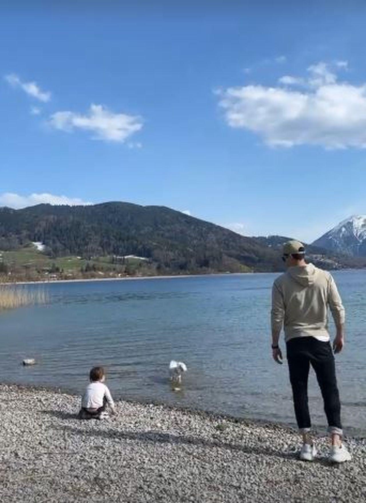 Robert Lewandowski z córeczką nad jeziorem