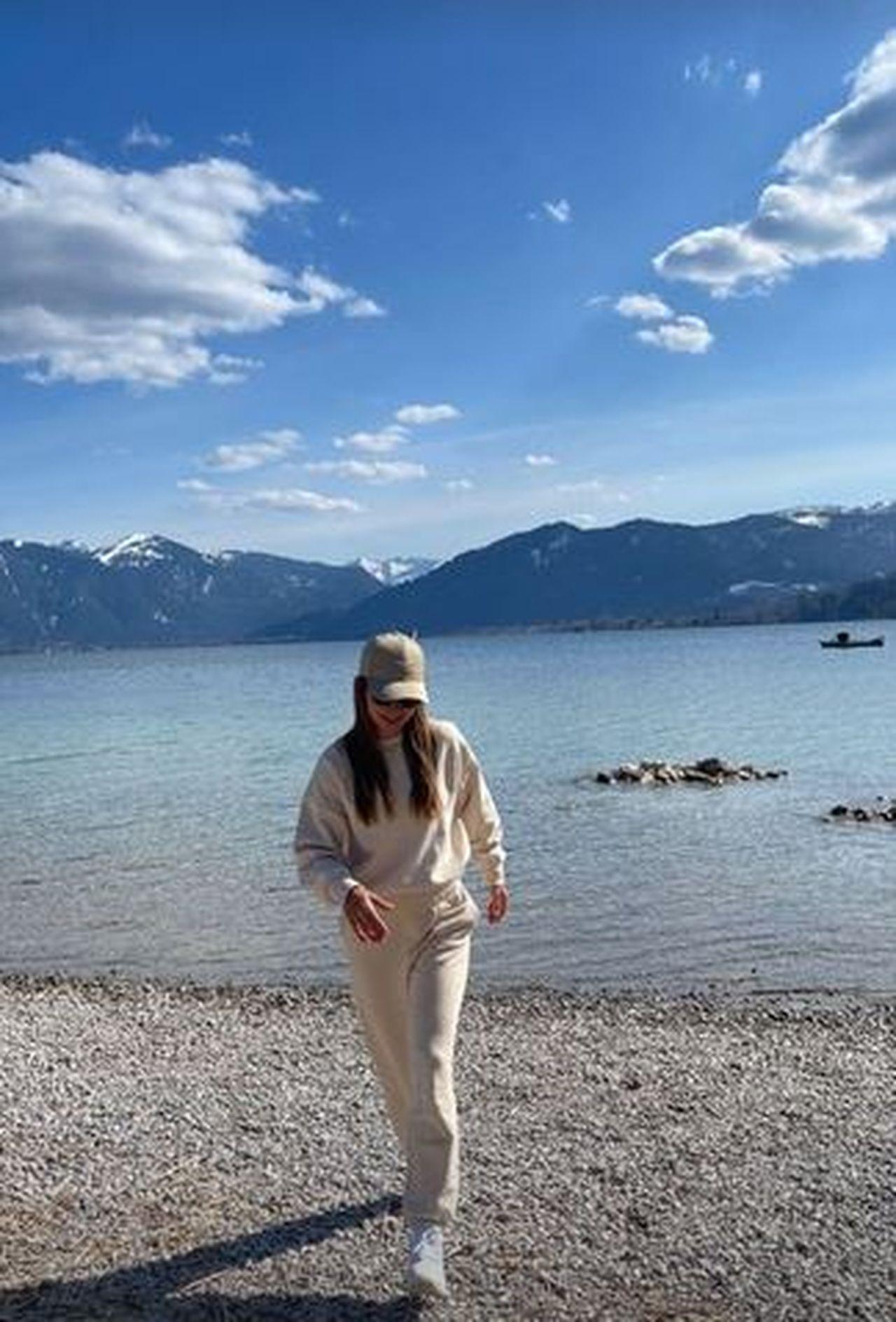 Anna Lewandowska nad jeziorem