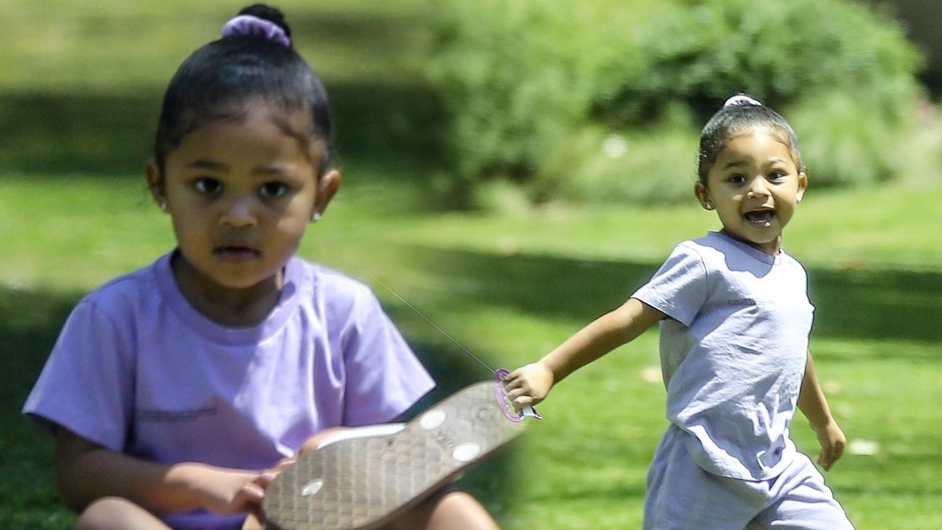 Córka Kylie Jenner, Stormi, w towarzystwie niani bawi się z parku (ZDJĘCIA)