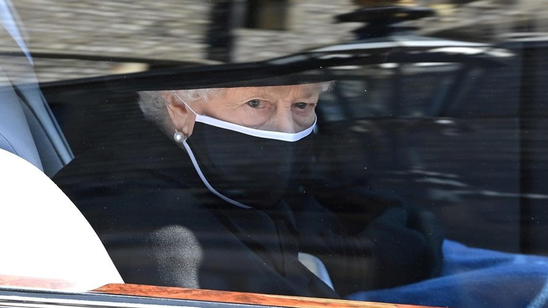 Pogrążona w żałobie królowa Elżbieta na pogrzebie księcia Filipa. W kościele siedziała sama (ZDJĘCIA)