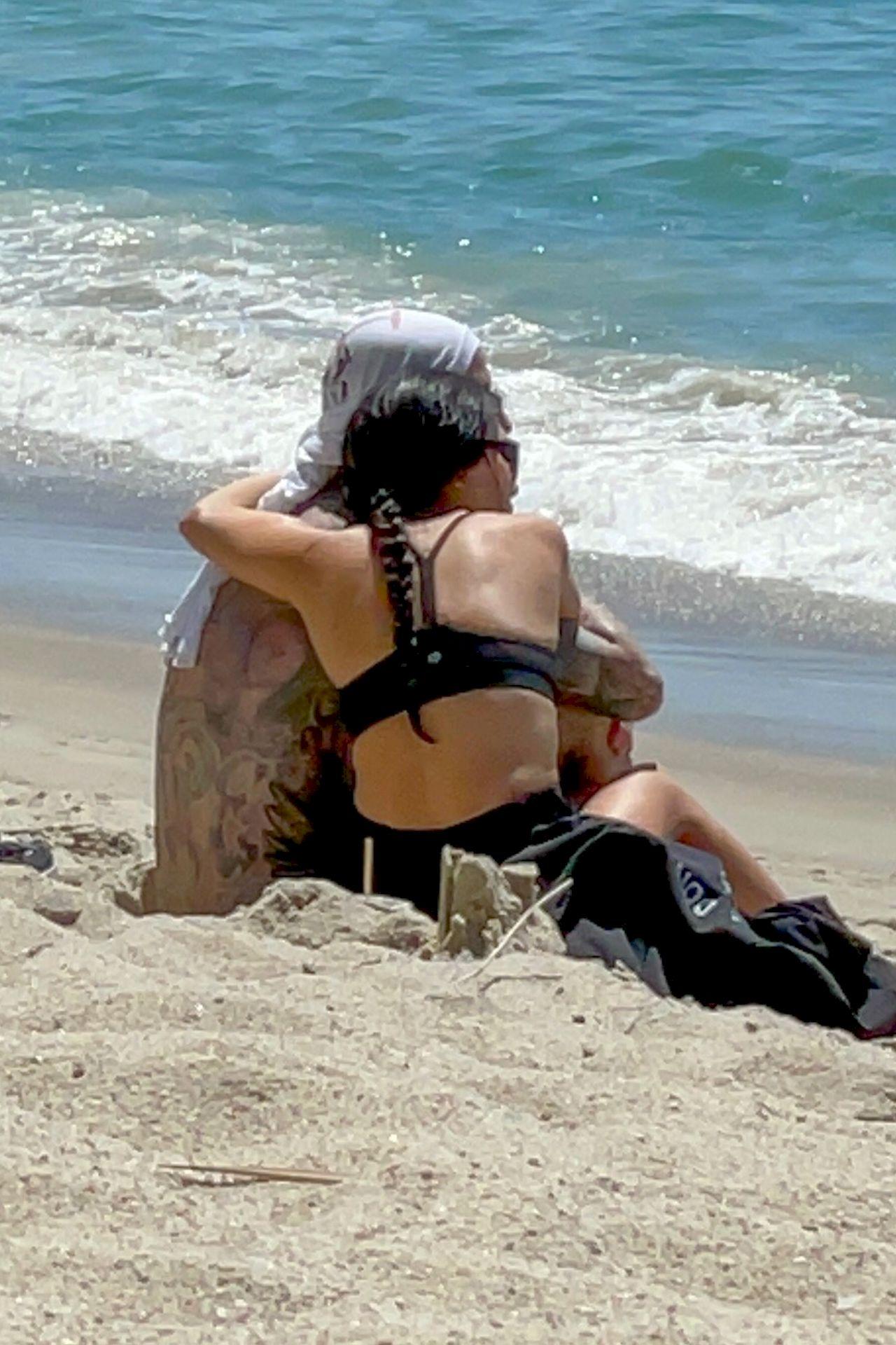 Kourtney Kardashian przytula się do Travisa Barkera na plaży