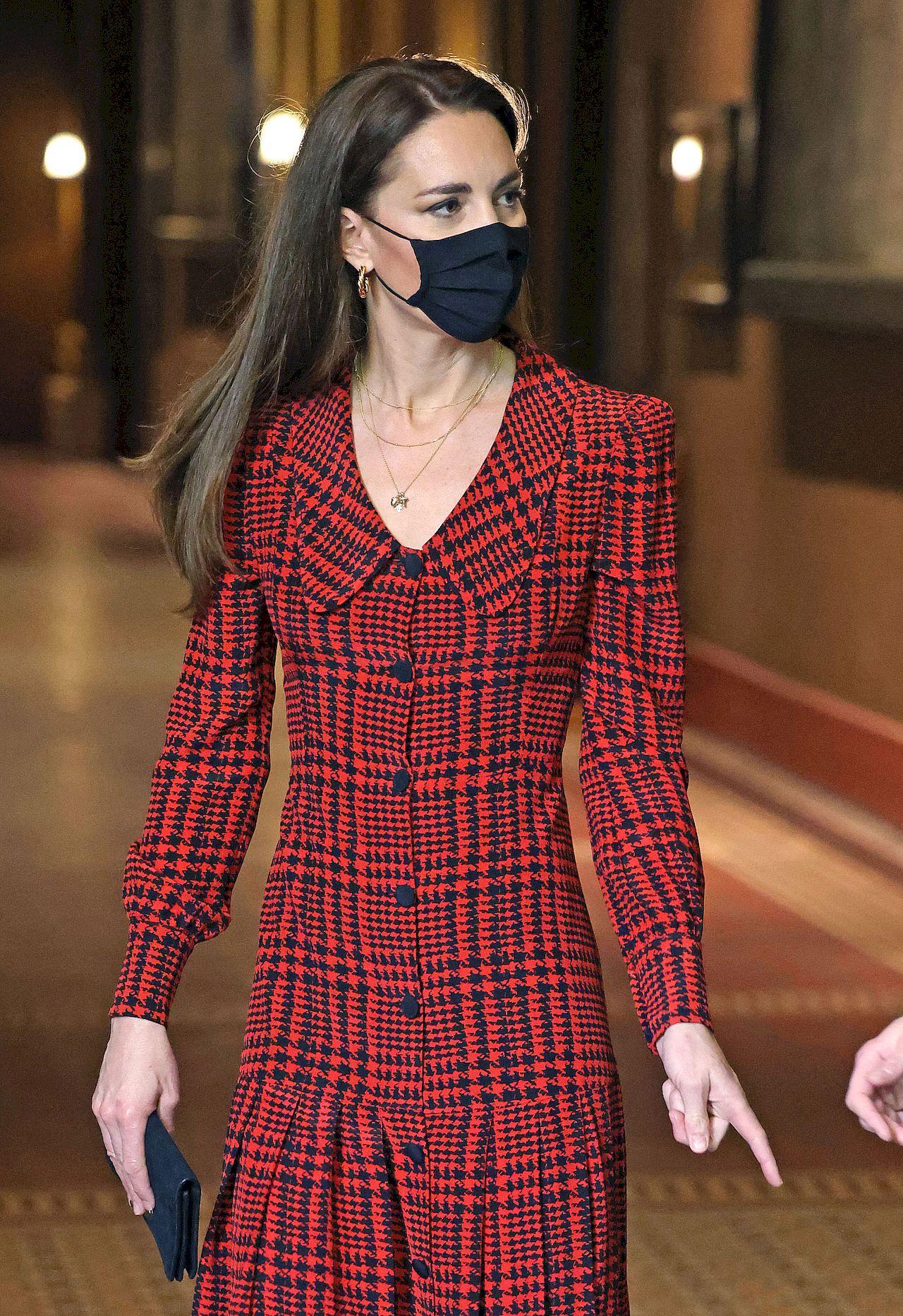 Księżna Kate w sukience w kratę