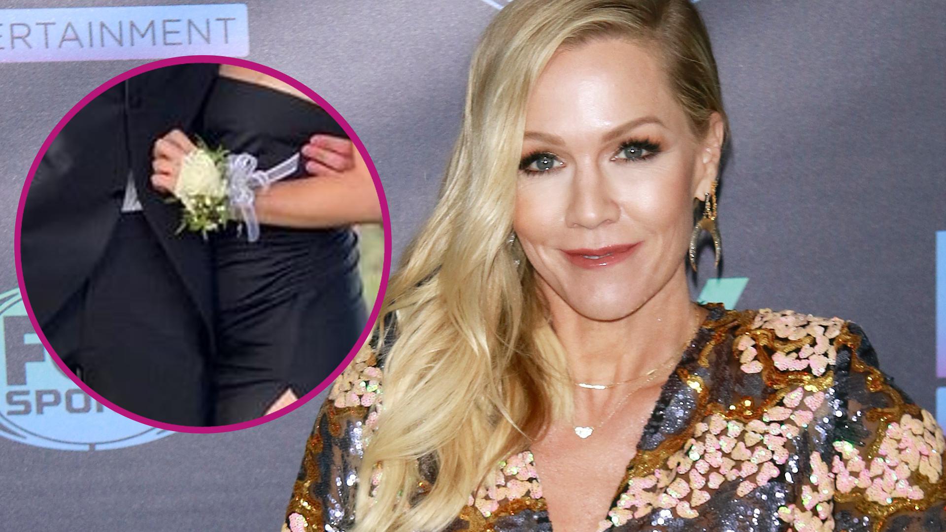 """Gwiazda """"Beverly Hills 90210"""" sama uszyła córce sukienkę na studniówkę. Efekt powalający, a Lola jest prześliczna"""