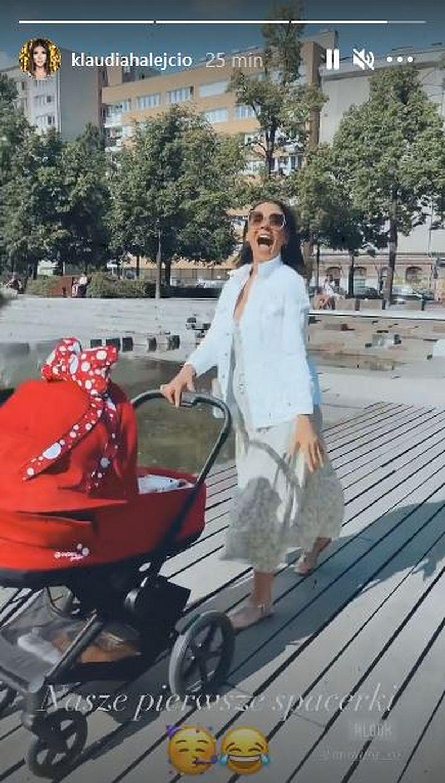 Klaudia Halejcio na spacerze z córką