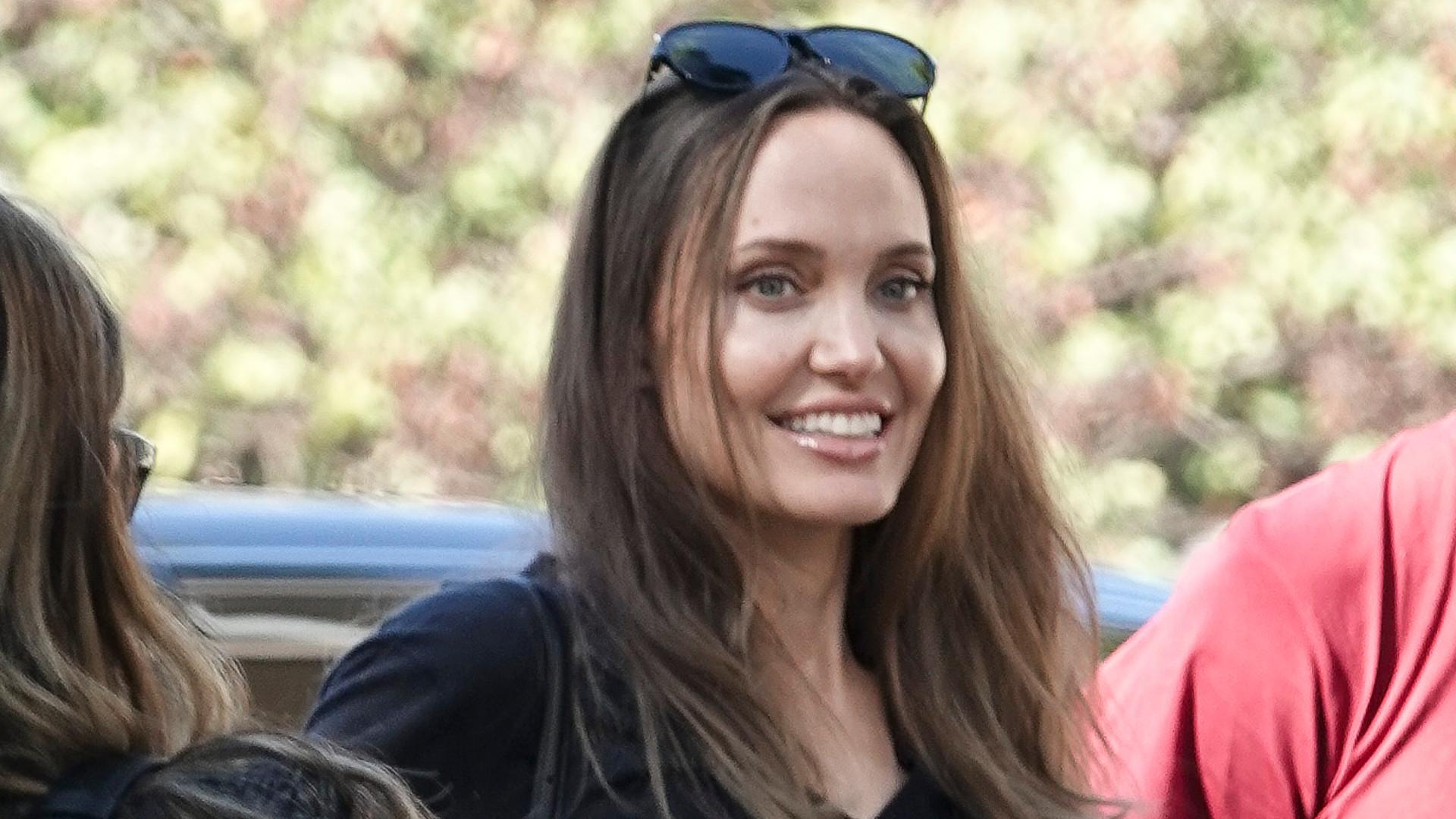 Angelina Jolie odwiedziła byłego męża z butelką wina. Żałuje, że się z nim rozwiodła?