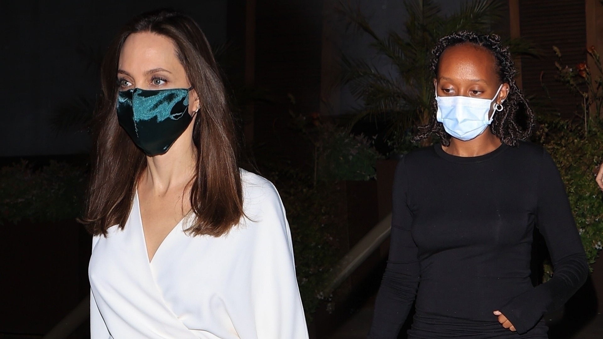 Angelina Jolie z córką Zaharą i synem Paxem na kolacji. Tym razem postawiła na biel (ZDJĘCIA)