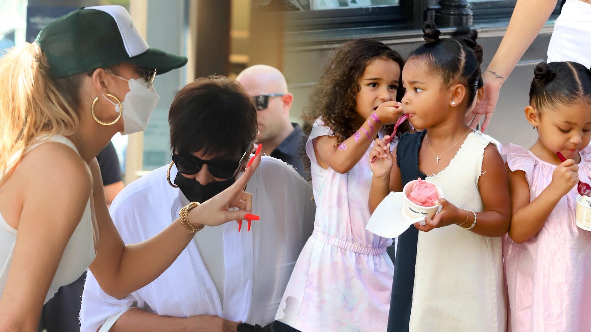 Khloe Kardashian z mamą ogarniają CZWÓRKĘ dzieci. Niełatwe zadanie (ZDJĘCIA)
