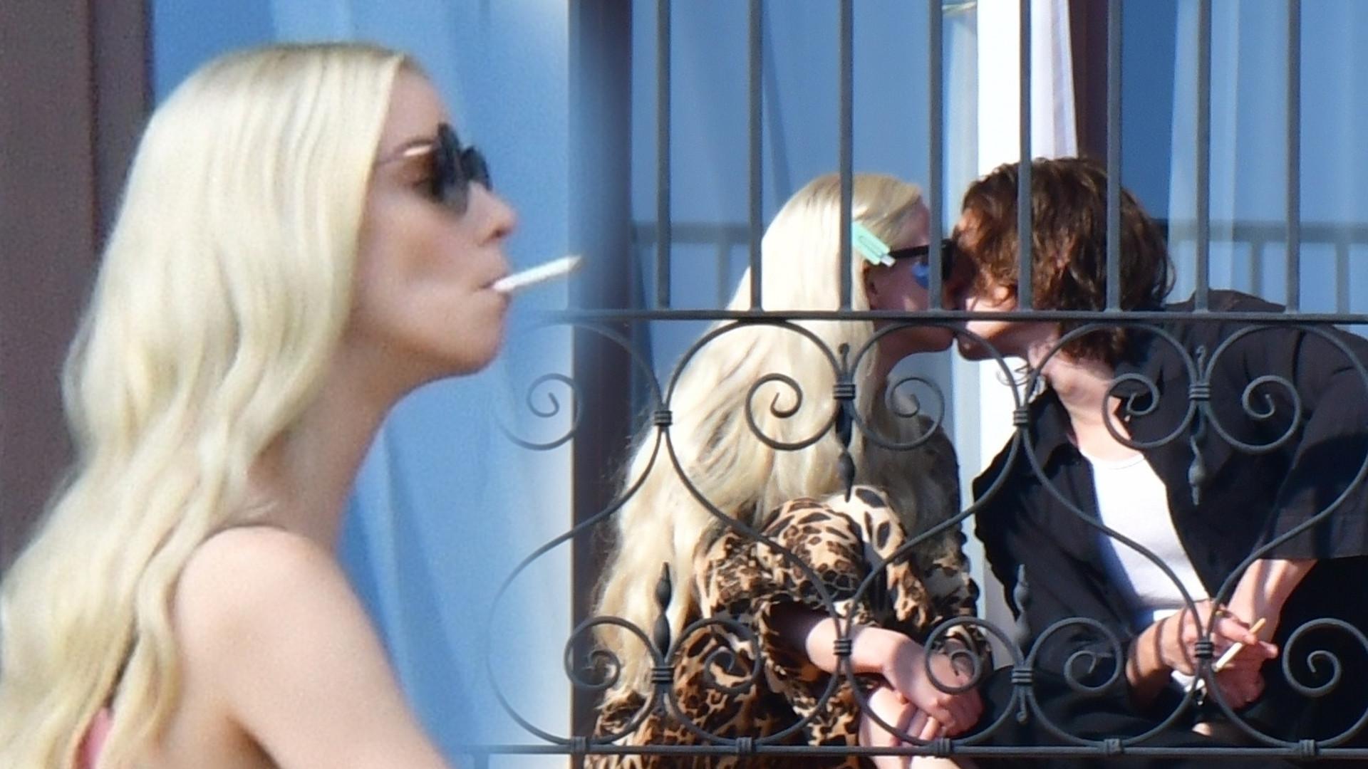Anya Taylor-Joy pali papierosa i całuje się z chłopakiem na balkonie w Wenecji (ZDJĘCIA)