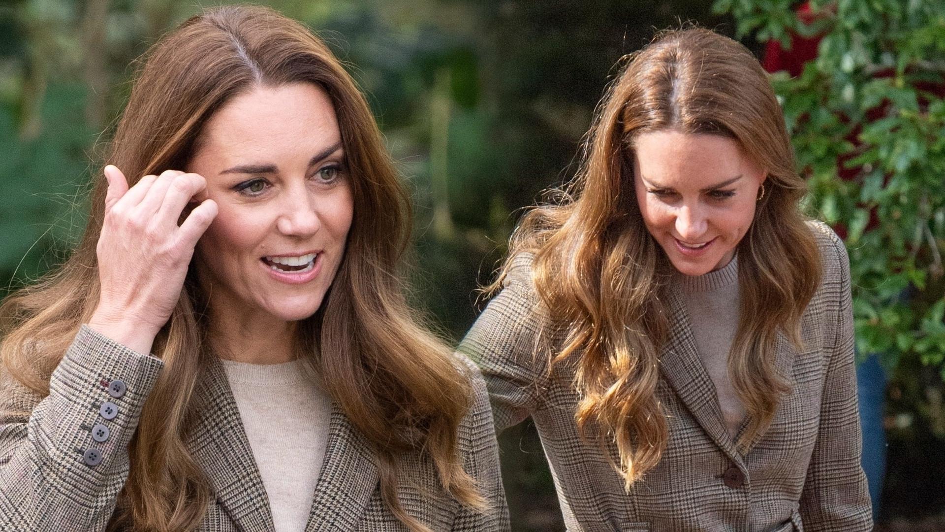 Księżna Kate łączy marynarkę z wygodnymi butami. Założyła jeansy, które wychodzą z mody