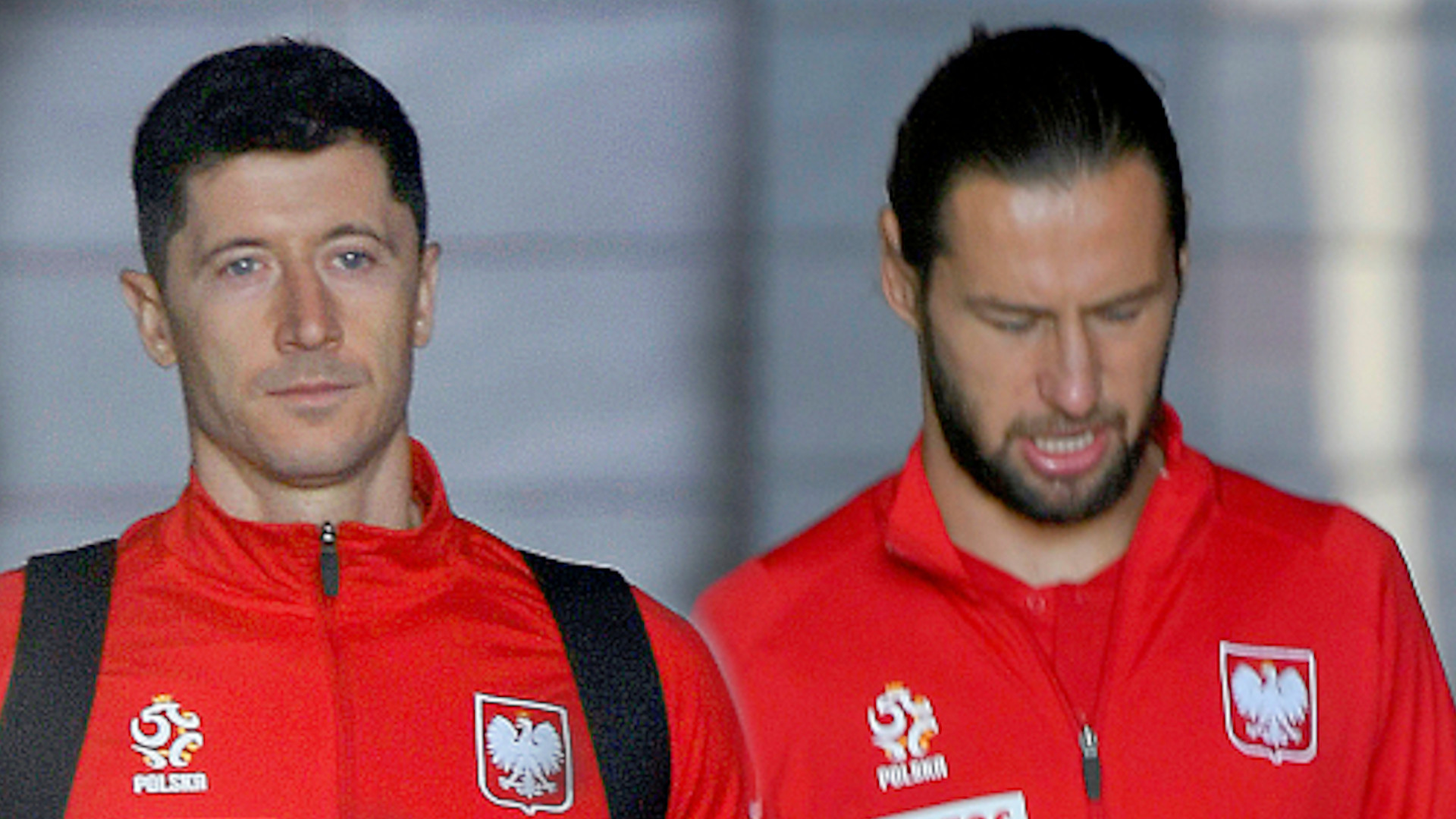 Piłkarze w drodze na mecz Polska – Albania – w niezbyt dobrych humorach  (ZDJĘCIA)